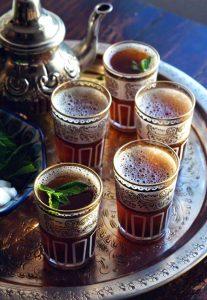 bicchieri con thè marocchino su teiera