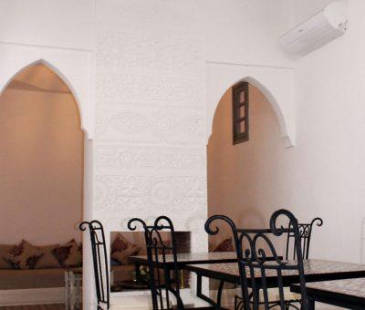 sala con tavoli per la colazione riad el arco a marrakech