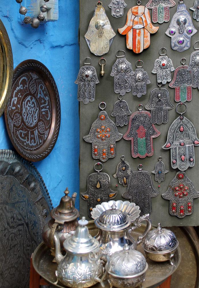 monili mano di Fatima e teiere al mercato di Marracheck