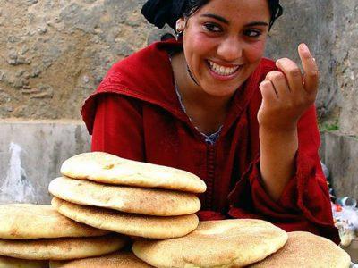 donna che vende il pane al mercato di Marracheck