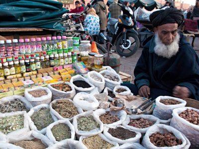 venditore di spezie al mercato souk di Marrakech