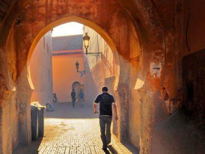 strada interna Marrakech con persona di spalle