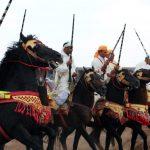 persone a cavallo per manifestazione tbourida a Marrakech