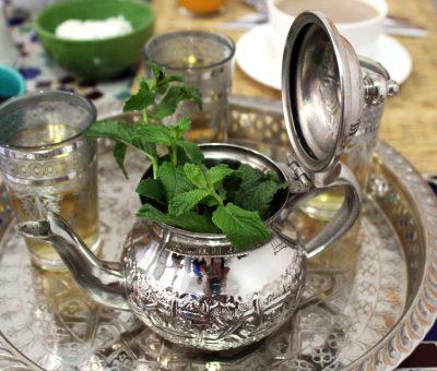 teiera con thè marocchino con foglie di menta